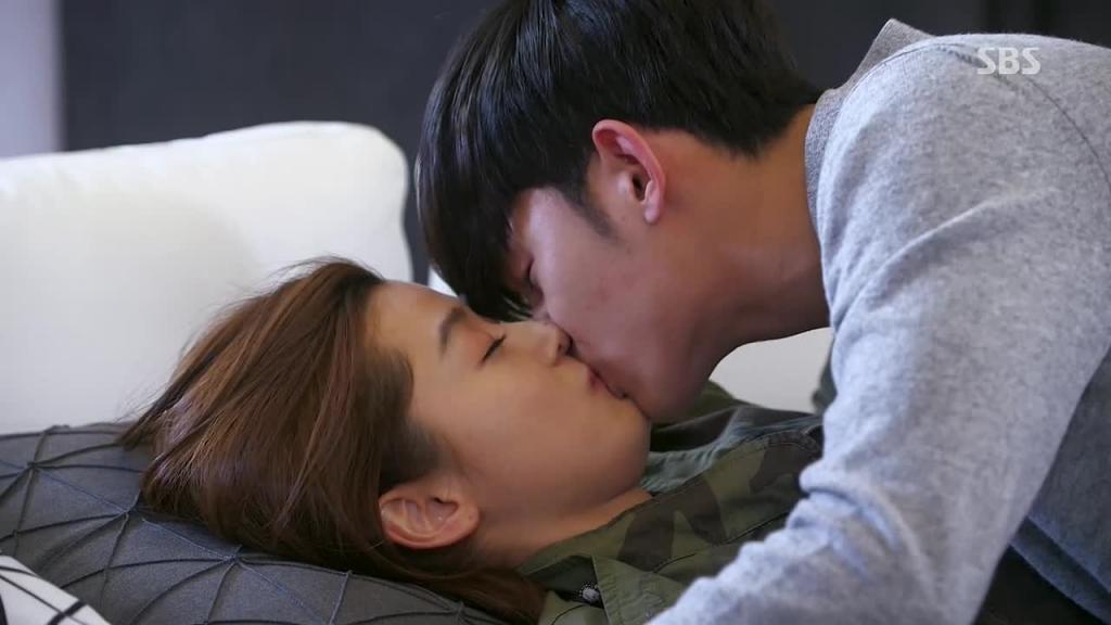 How long should you wait to kiss your boyfriend